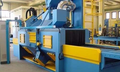 这般安裝关键遵照的基本原理是,抛丸清理机是借助高速运转的磨杆将耐磨材料顆粒用劲抛到产品工件表层来完成的,磨杆內部配有几块叶子。
